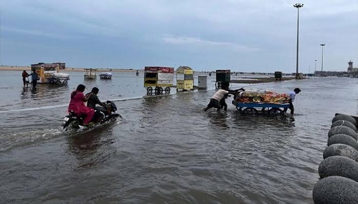 तमिल नाडु में भारी बारिश, कई जिलों में बंद रहेंगे स्कूल कॉलेज