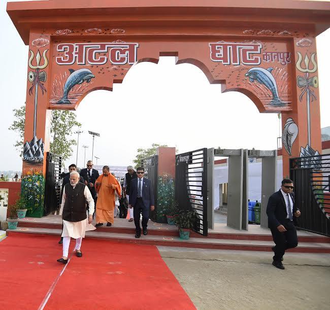 कानपुर:गंगा बैराज की सीढ़ियों पर चढ़ते समय फिसलकर गिरे PM नरेंद्र मोदी, वीडियो