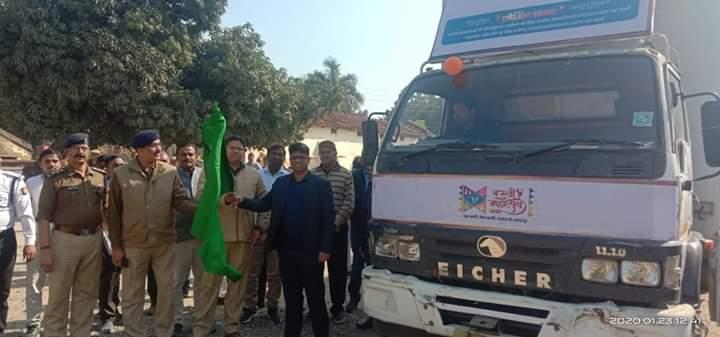 बस्ती:डीएम आशुतोष निरंजन एसपी हेमराज मीना ने बस्ती महोत्सव के प्रचार-प्रसार के लिए 6 एलईडी प्रचार वाहन को हरी झण्डी दिखाकर किया रवाना