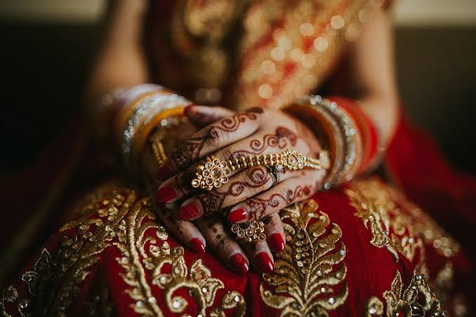 सिद्धार्थनगर: सामूहिक विवाह में शिक्षिकाओं की दुल्हनों को सजाने की ड्यूटी!, हुई कार्रवाई