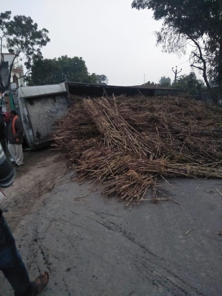 बस्ती : बभनान हर्रैया मार्ग पर पैकोलिया थाना क्षेत्र में गन्ना लदे ट्रक व बाइक की भिड़ंत में एक की मौत