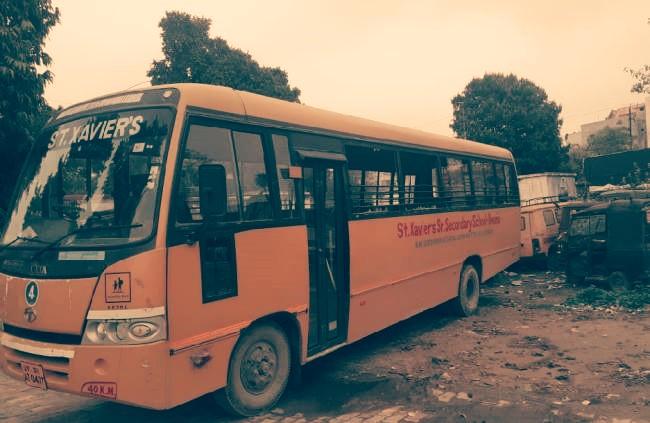 देवरिया:स्कूली बस में पिकअप से ठोकर लगने के बाद गुस्से में बस चालक चलती बस को छोड़ कर कूदा