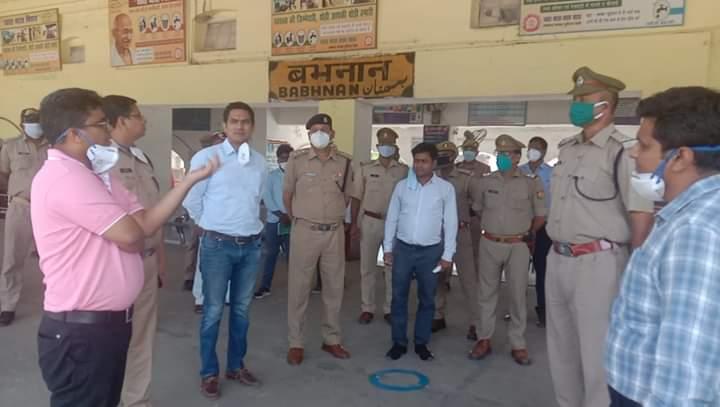 बस्ती:डीएम आशुतोष निरंजन और एसपी हेमराज मीना ने किया बांध सहित गौर बभनान रेलवे स्टेशन का   निरीक्षण