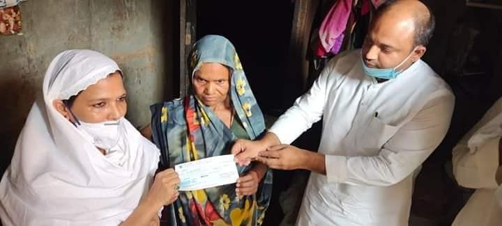 बेंगलुरु से लौटते समय श्रमिक स्पेशल से गिरकर चली गई थी देवरिया के मजदूर की जान, सपा ने दी एक लाख रुपए की मदद