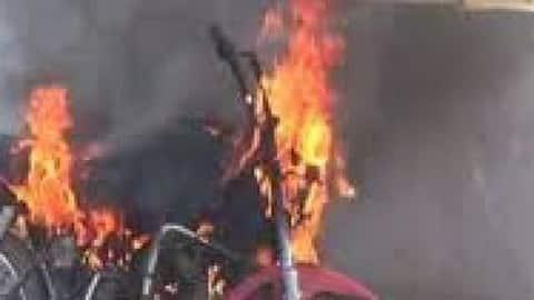 कुशीनगर:चलती पल्सर बाइक में अचानक लगी आग, बाइक छोड़ भाग निकला चालक, धू धू कर जल गई बाईक