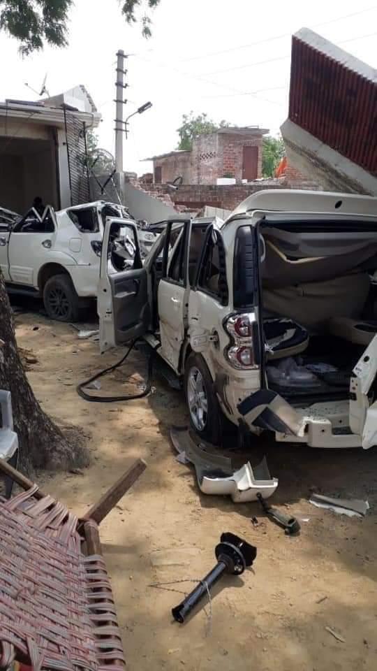 Kanpur Police Attack: अपराधी विकास दूबे ने जिस बुलडोजर से रोका था रास्ता पुलिस ने उसी से ध्वस्त किया किले जैसा घर