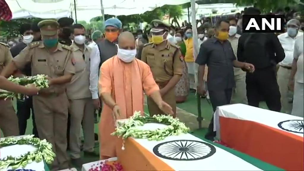 Kanpur Encounter: CM योगी शहीदों को दी श्रद्धांजलि, परिजनों को मिलेंगे एक-एक करोड़