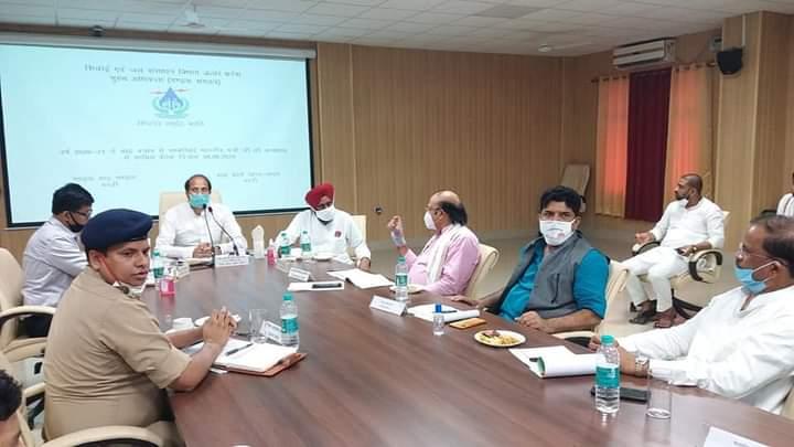 बस्ती: गन्ना विकास मंत्री सुरेश राणा ने बाढ़ की स्थिति की समीक्षा बैठक की, दिए आवश्यक दिशा निर्देश