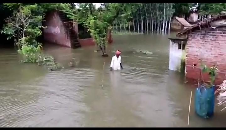 संतकबीरनगर: सरयू नदी का बांध टूटा, 65 घरों में घुसा पानी