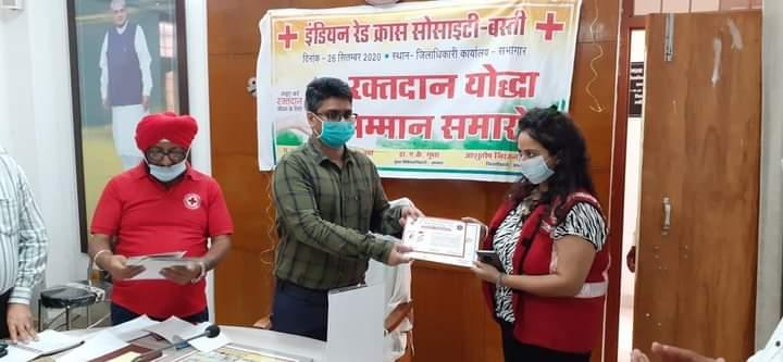 बस्ती:रेड क्रास के रक्तदान योद्धाओं को जिलाधिकारी ने किया सम्मानित