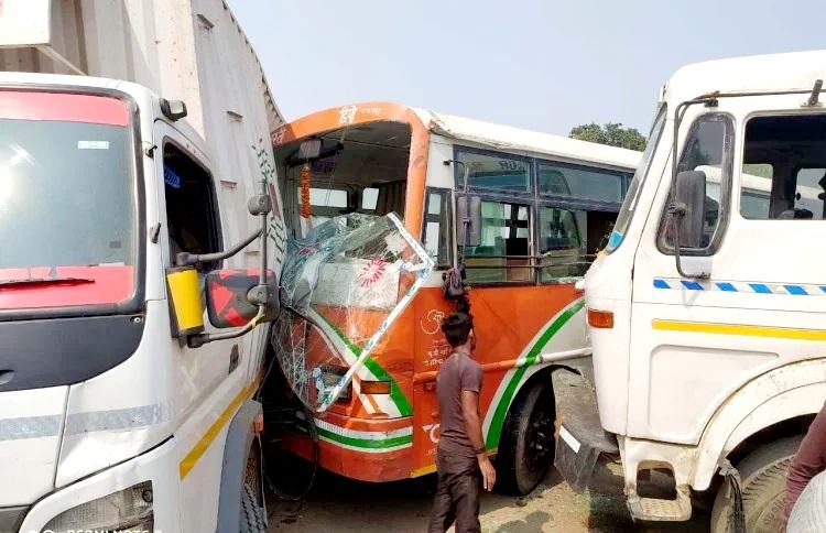 बस्ती:कंटेनर और  रोडवेज बस की भीसड़ टक्कर  , चालक समेत छह घायल