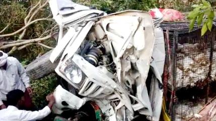 देवरिया:अनियंत्रित पिकअप पलटी, चालक सहित दो की मौत