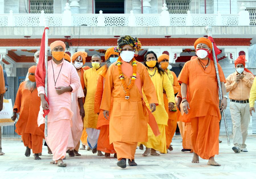 UP:दशहरा पर विशेष परिधान पहन गोरखनाथ मंदिर में पूजा करते CM योगी आदित्यनाथ